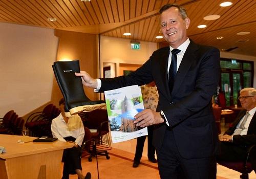 Profielschets voor de nieuwe burgemeester van Waterland overhandigd aan de commissaris van de Koning; Arthur van Dijk