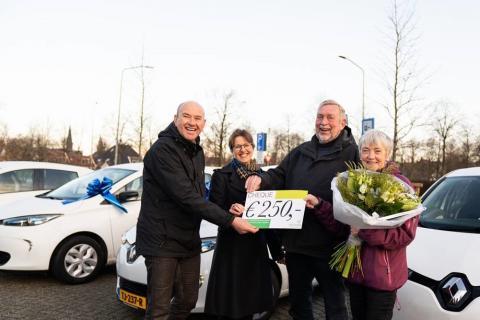 Antoine Maartens van de Stichting Duurzaam Waterland; Astrid van de Weijenberg wethouder Waterland; het echtpaar Koopman