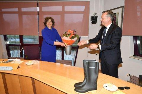 CvdK Arthur van Dijk reikt bloemen uit aan de nieuwe burgemeester