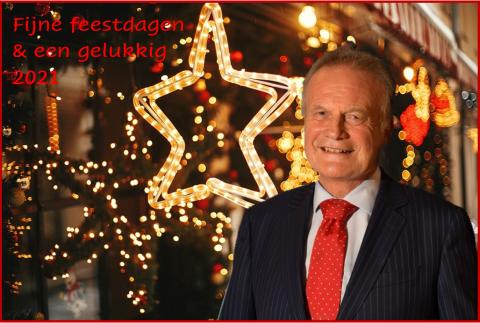 Een foto van de burgemeester met kerstachtergrond