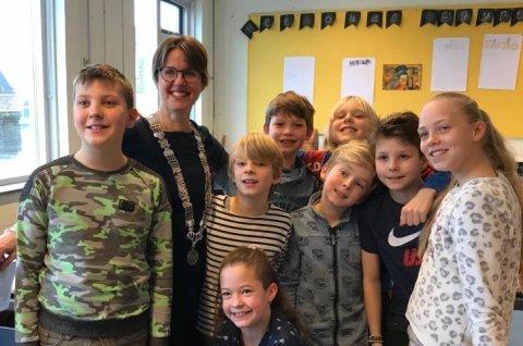 Wethouder Astrid van de Weijenberg bij groep 7 op basisschool de Binnendijk