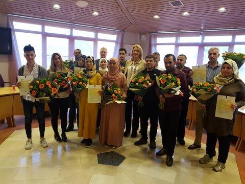 Burgemeester Kroon met de personen die een participatieverklaring kregen