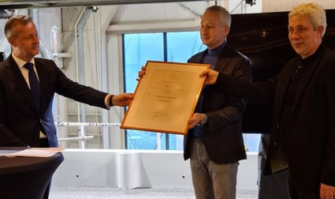 CvdK Arthur van Dijk reikt het Predicaat Koninklijk uit aan Klaas en Albert Hakvoort.